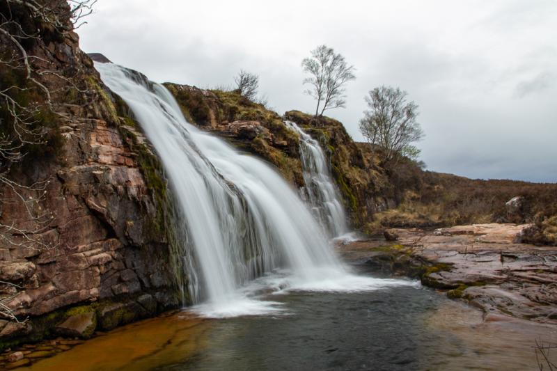 De berg op langs de Ardessie Falls