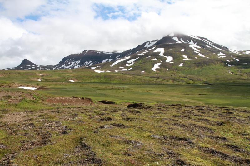 Wandelen naar Urðarhólar in een verlaten IJsland