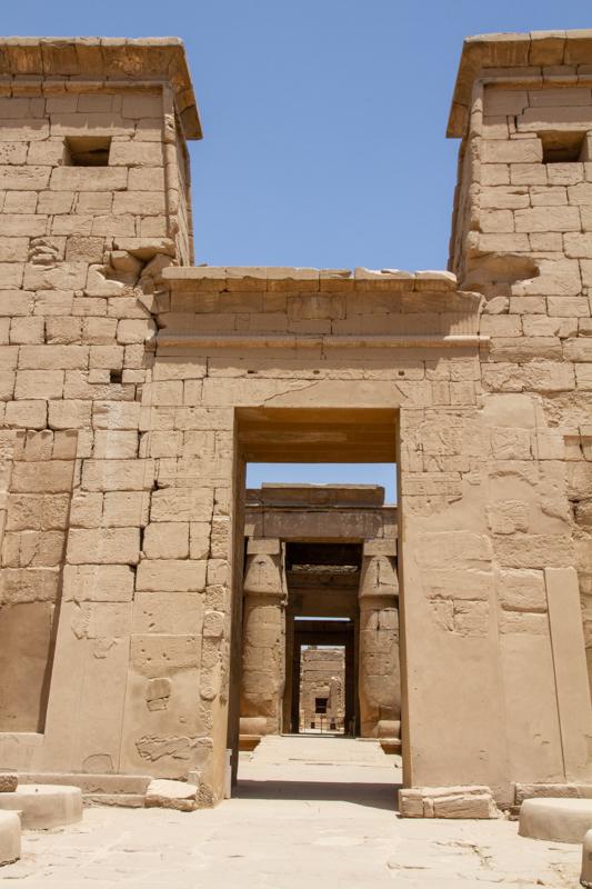 Van de gebaande paden af in Karnak
